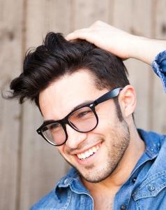 hombre con una peluca. Es muy fácil acostumbrarse a la nueva cantidad de cabello nuevo con la que te verás.